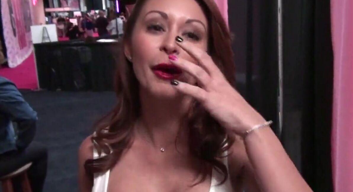 На вечеринке порно звезд телочки делятся своими ощущениями на камеру