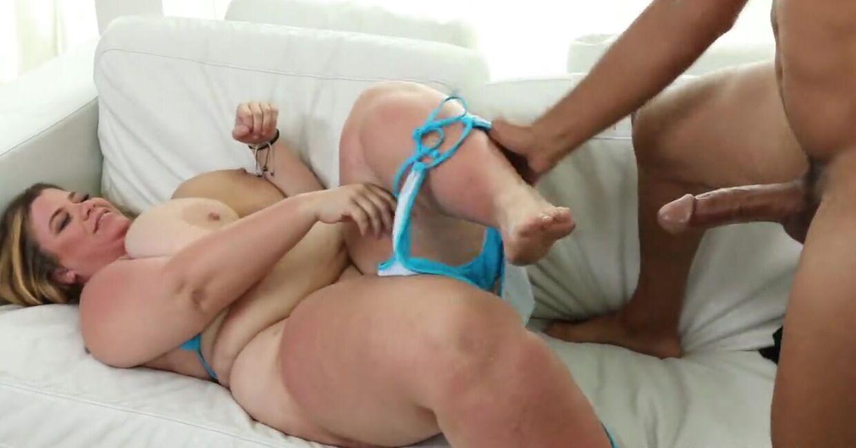 Огромных размеров жирная шлюха будет заниматься сексом с парнем