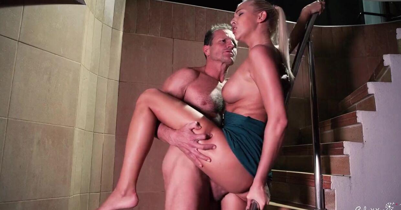 Секс С Девушкой На Лестнице