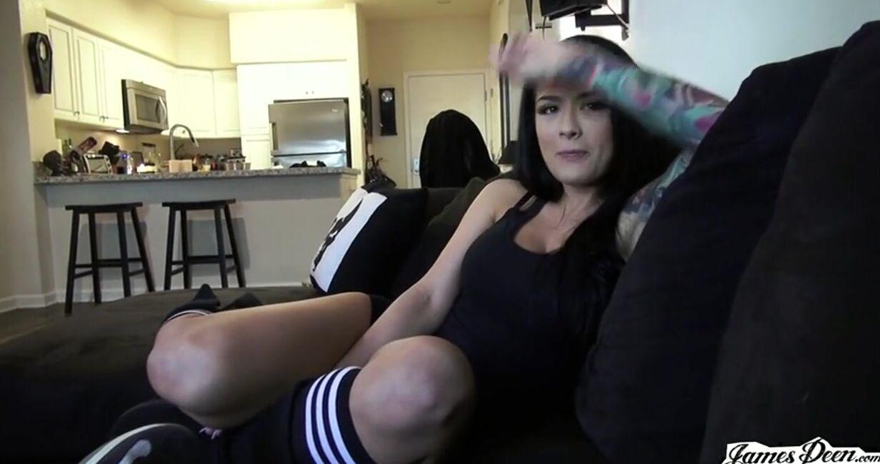 Вечерний секс татуированной бабы и парня на диване и на полу