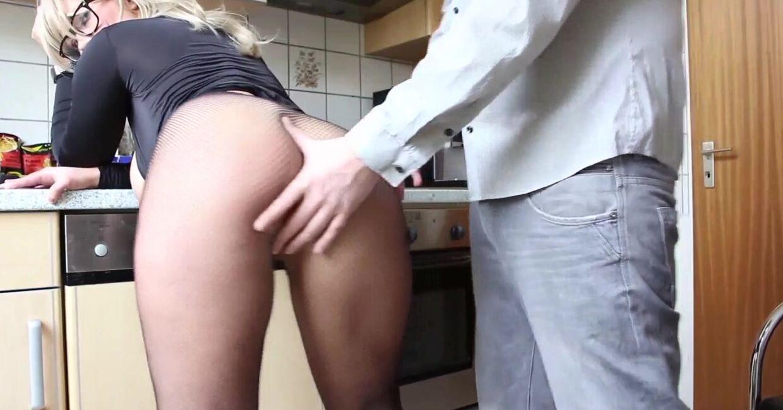 Домашняя порнуха на кухне с милфой-блондинкой в очках